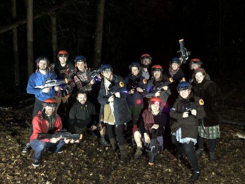 Outdoor lasergamen in het bos met een vrijgezellenfeest